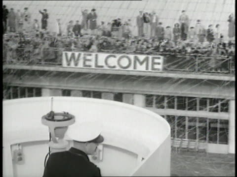 a crowd welcomes the ss united states into port at southampton englad - welcome segnale inglese video stock e b–roll
