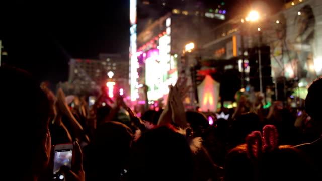 Menschenmenge mit Menschen jubeln.