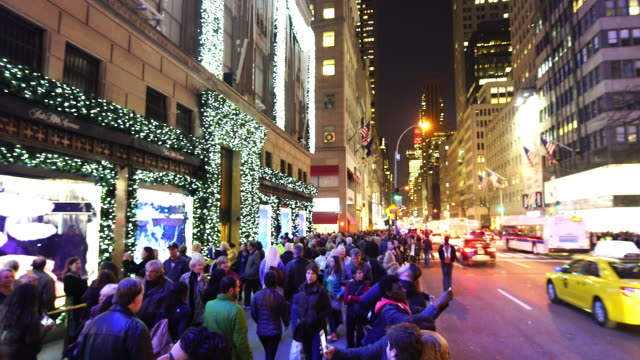 vídeos de stock, filmes e b-roll de crowded 5th avenue in winter holidays seasons at midtown manhattan new york at night. - luz de natal