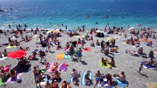 vídeos de stock e filmes b-roll de crowded beach in nice, france - lotado