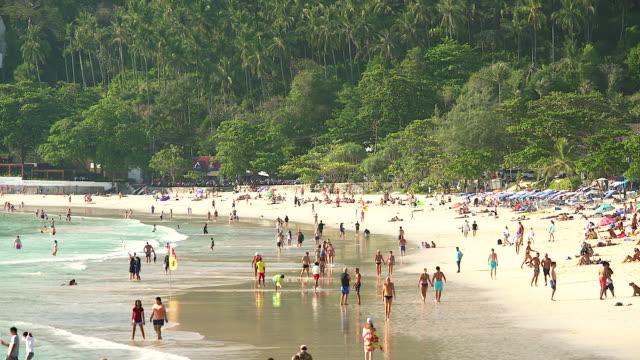 時間経過による撮影夏タイのビーチの混雑。 - いっぱいになる点の映像素材/bロール