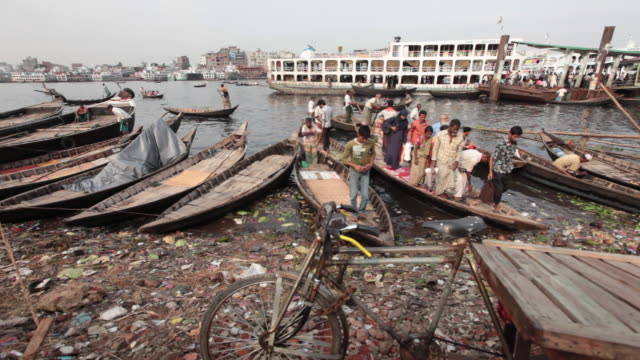 crowded boat arrives at the sadarghat boat terminal after passing the river buriganga, sadarghat boat terminal, dhaka, bangladesh, indian sub-continent, asia - dhaka stock-videos und b-roll-filmmaterial