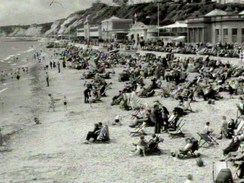 a crowded bournemouth beach 1954 - bournemouth stock-videos und b-roll-filmmaterial