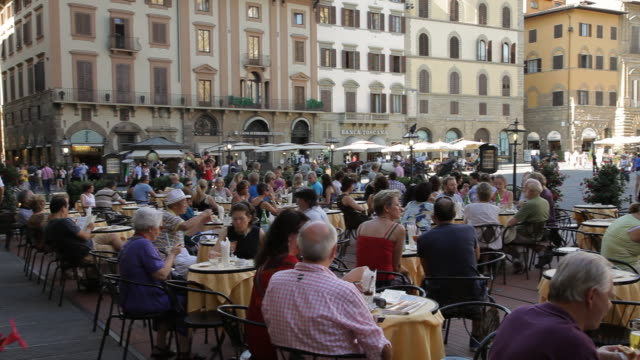ws pan crowded cafe in piazza della signoria / florence, italy - florence italy stock videos and b-roll footage