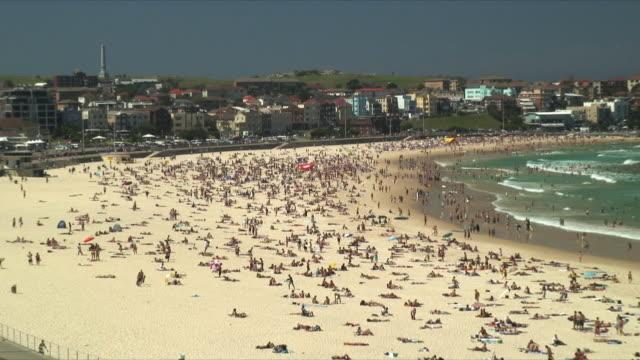 vídeos de stock, filmes e b-roll de ws ha zo crowded coastline of bondi beach / bondi beach, australia - praia de bondi
