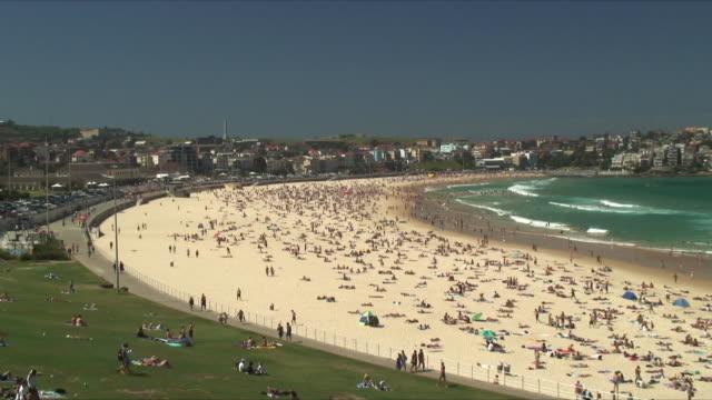 WS HA ZI Crowded coastline of Bondi Beach / Bondi Beach, Australia