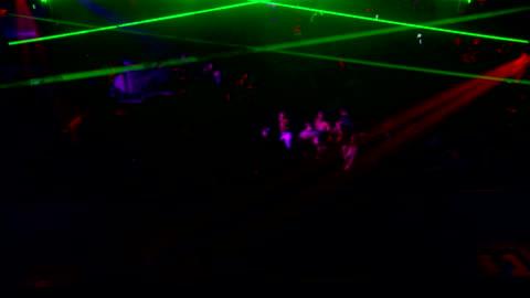 vídeos y material grabado en eventos de stock de crowded dance club w/ unidentifiable people dancing, partygoers, dancers, w/ strobe lights & lasers flashing all around. party, nightclub, venue,... - luces estroboscópicas