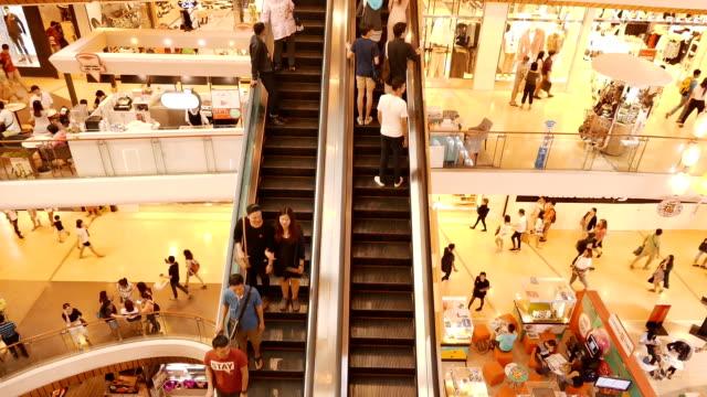 beengt rolltreppe im einkaufszentrum - rolltreppe stock-videos und b-roll-filmmaterial