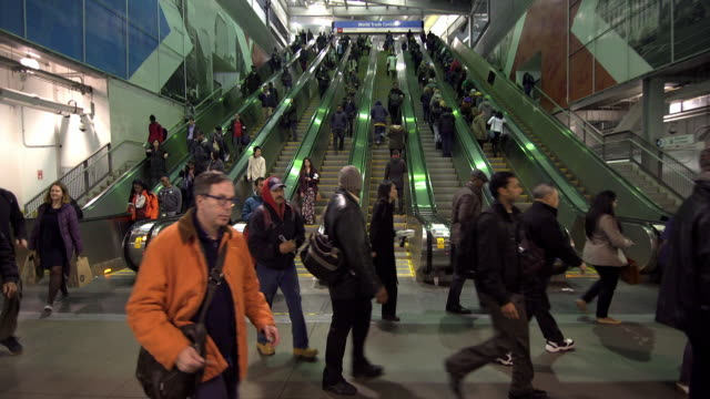 crowded escalator - stazione della metropolitana video stock e b–roll