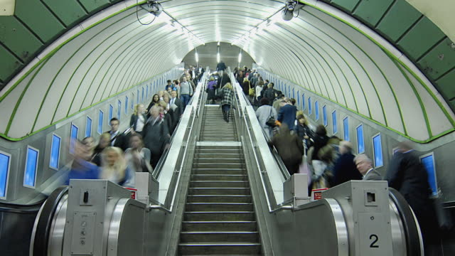 t/l ws zo crowded escalators in london underground / london, united kingdom - ora di punta video stock e b–roll
