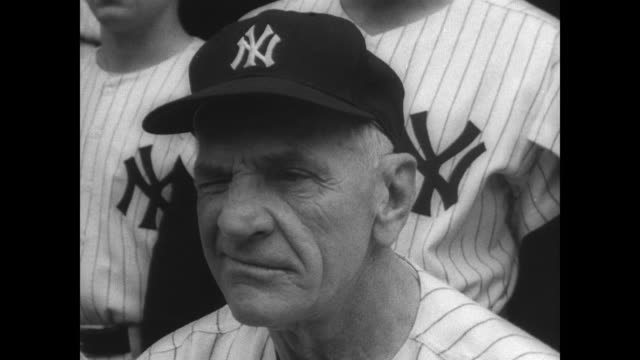 crowded exterior of the baseball hall of fame in cooperstown where baseball manager casey stengel is being inducted in hall of fame / cu wall plaque... - plakette stock-videos und b-roll-filmmaterial