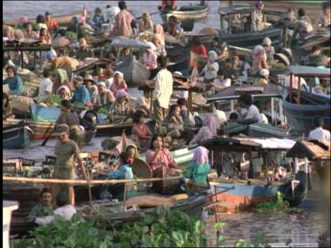 vídeos y material grabado en eventos de stock de crowded floating marketplace in boats / indonesia / banjarmasin / borneo - 1997