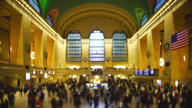 stockvideo's en b-roll-footage met crowded grand central terminal in the last day of the year 2019 at midtown manhattan new york city ny usa on dec. 31 2019. - informatiebord
