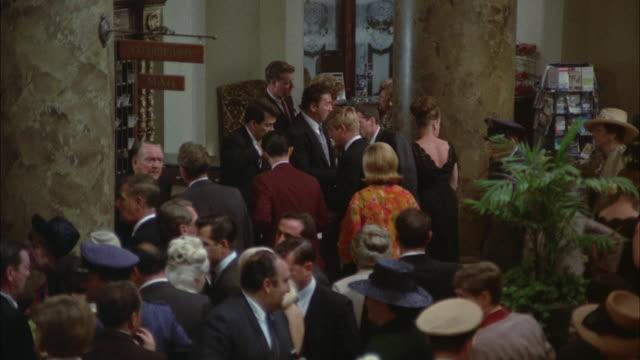 vidéos et rushes de 1967 ws zi ms pan crowded hotel lobby / new orleans, louisiana, usa - la nouvelle orléans