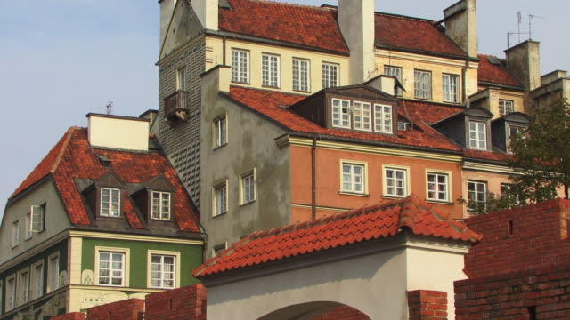 cu, crowded houses behind barbican walls, warsaw, poland - varsavia video stock e b–roll