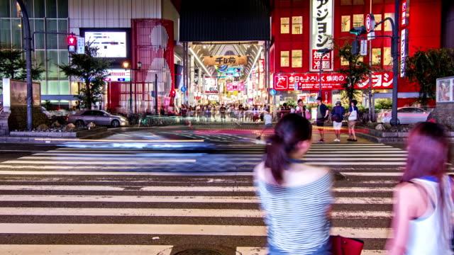 混雑した大阪・心斎橋の路上でショッピング通り、日本。 - 商業地域点の映像素材/bロール