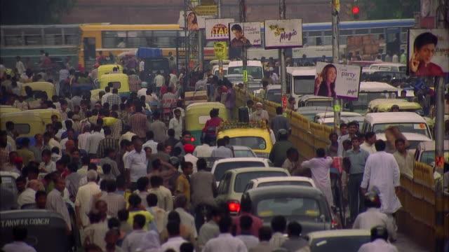 tu crowded india street - ampel stock-videos und b-roll-filmmaterial
