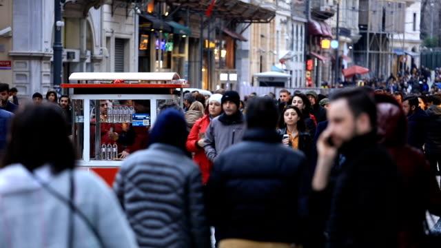 vidéos et rushes de rue istiklal bondé à istanbul, turquie - istanbul
