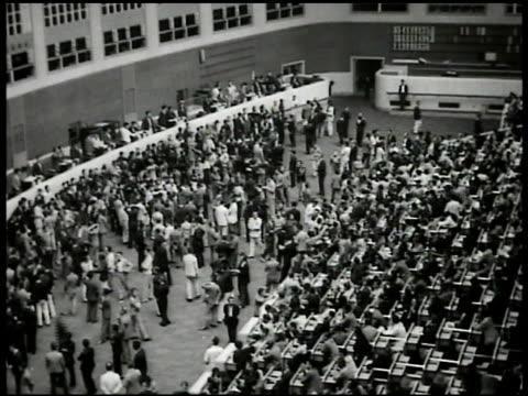 vídeos y material grabado en eventos de stock de crowded japanese stock market floor male gesturing w/ hands - 1935