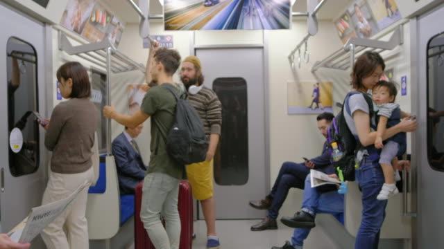 混雑した日本の地下鉄列車 - 内部点の映像素材/bロール