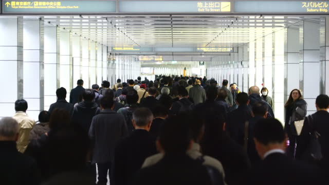 tl crowded morning commute scene at jr shinjuku station underground passage.commuters going through the underground passage to shinjuku subcenter business district. - station点の映像素材/bロール