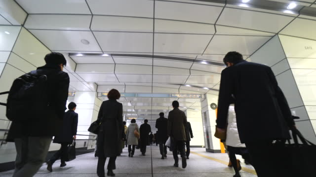 vidéos et rushes de crowded morning commute scene at jr shinjuku station underground passage.commuters going through the underground passage to shinjuku subcenter business district. - chemin de fer