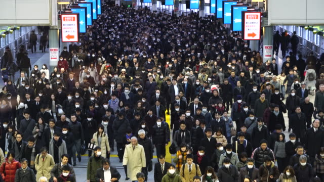 vídeos de stock, filmes e b-roll de crowded morning commute scene at konan exit jr shinagawa station at shinagawa tokyo japan – january. 26 2018. commuters are going through the rainbow road passageway to go to the office in shinagawa business district. - hora do rush