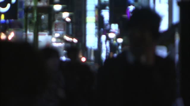 vídeos y material grabado en eventos de stock de crowded night street in tokyo - fundido en negro