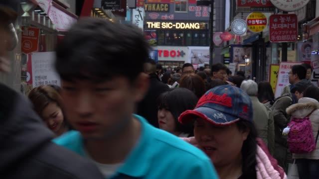 ソウルの街を歩く人混み - ソウル点の映像素材/bロール