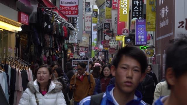 vídeos y material grabado en eventos de stock de lleno de gente caminando por las calles de seúl, corea del sur - señal de nombre de calle