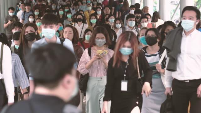 überfüllte menschen, die eine gesichtsmaske tragen, um coronavirus oder covid19-ausbruch zu verhindern - bangkok stock-videos und b-roll-filmmaterial