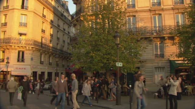 WS PAN Crowded pedestrian area with outdoor cafes / Paris, France