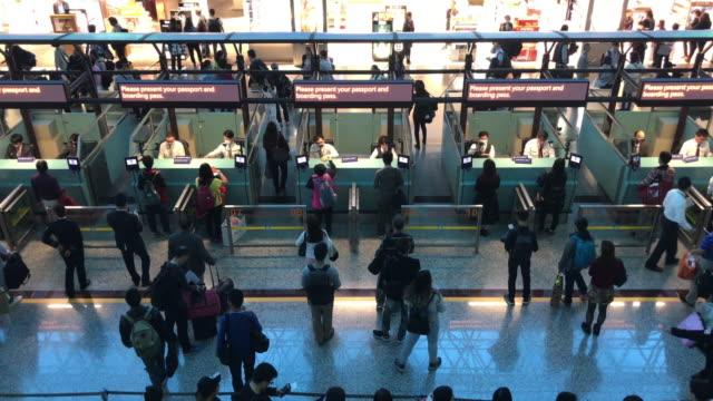 personnes surpeuplées à l'aéroport de Taipae