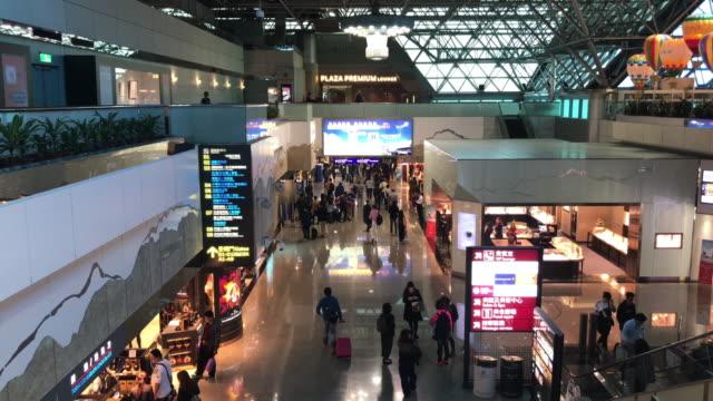 台湾の空港で混雑した人々