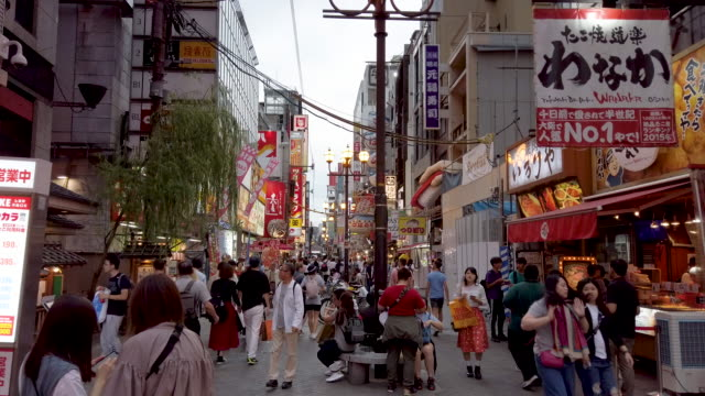 vídeos y material grabado en eventos de stock de gente abarrotada en la calle nocturna dotonbori osaka en osaka, japón - lugar de comercio