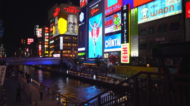 大阪の夜のストリート マーケットで人々 を混雑