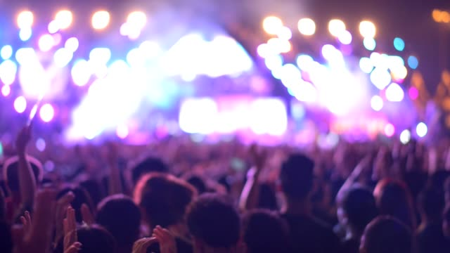 vídeos de stock, filmes e b-roll de lotado de pessoas no festival de música de concerto. - espectador