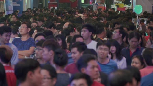 stockvideo's en b-roll-footage met drukke mensen in hal, slow motion - population explosion