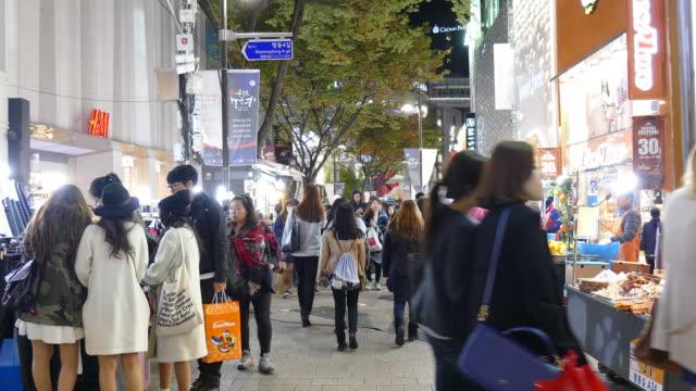 Voll Menschen in Myeong-dong-Markt in Korea Stadt
