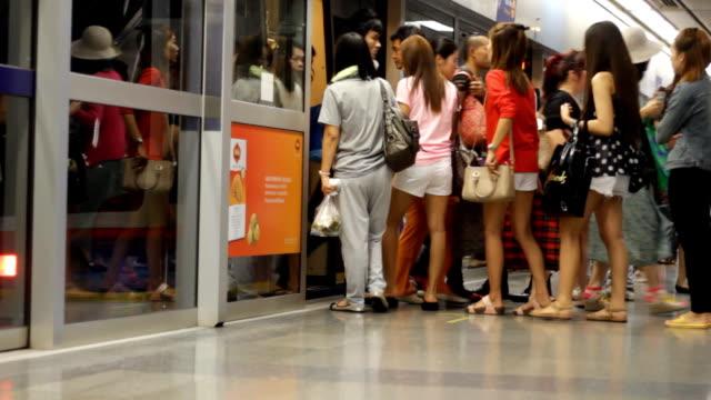 vidéos et rushes de foule de gens dans la masse des transports publics à l'aide de son téléphone pendant que vous attendez - patiente