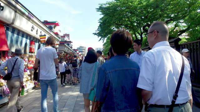 vídeos de stock, filmes e b-roll de lotado de pessoas em negócios rua no templo de tóquio - templo asakusa kannon