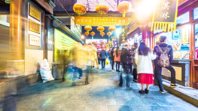 affollata persone per uno spuntino trafficata strada time-lapse 4 k - bacheca video stock e b–roll