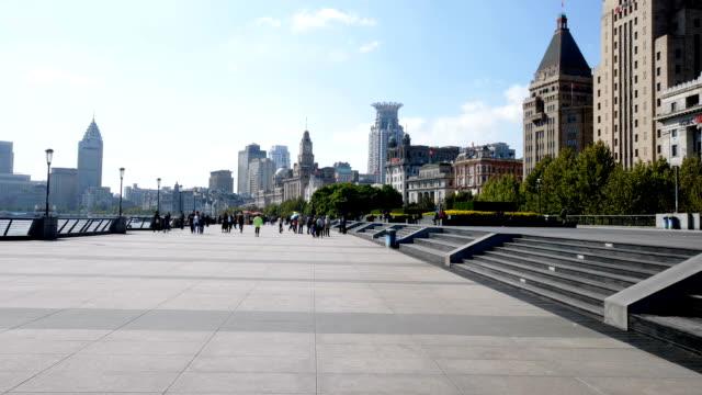vidéos et rushes de bondé de gens sur le trottoir près de la rivière dans le centre de la ville moderne - voie pédestre