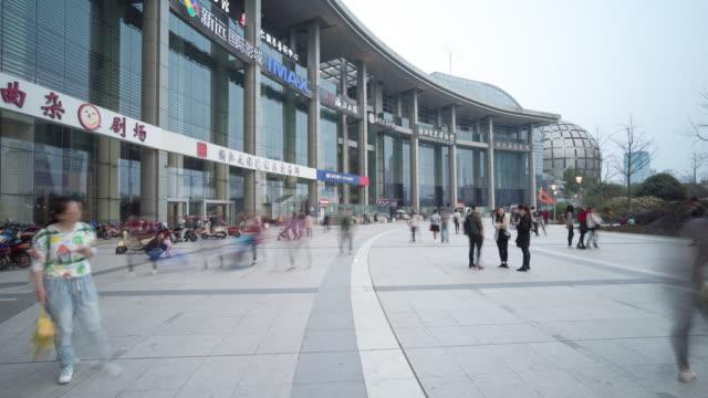 drukke mensen op het plein in de moderne stad timelapse