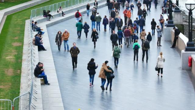voll leute & touristen an der tower bridge, london - eingang stock-videos und b-roll-filmmaterial