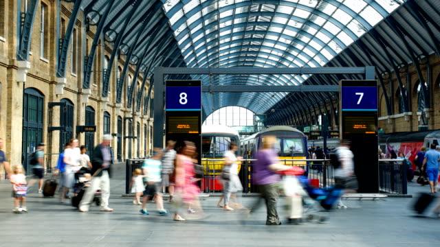 """vidéos et rushes de foule de gens de la gare de king """"s cross st. pancras à londres, time-lapse - mouvement flou"""