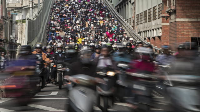 tl a crowded road of motorcycles during rush hour / taipei, taiwan - 人口爆発点の映像素材/bロール
