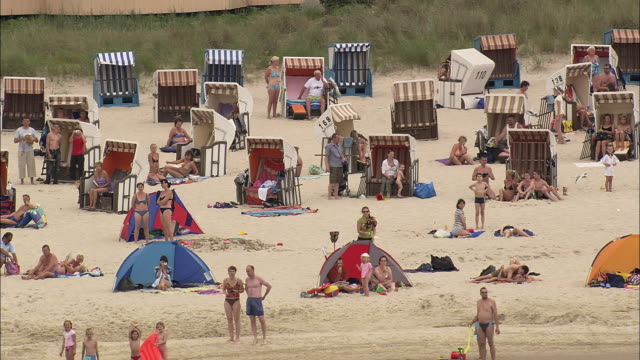ms pan crowded seebad bansin beach, mecklenburg-west pomerania, germany - ostsee stock-videos und b-roll-filmmaterial