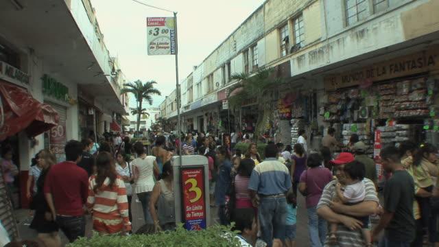 vídeos y material grabado en eventos de stock de ws crowded shopping street / merida, yucatan, mexico - mérida méxico