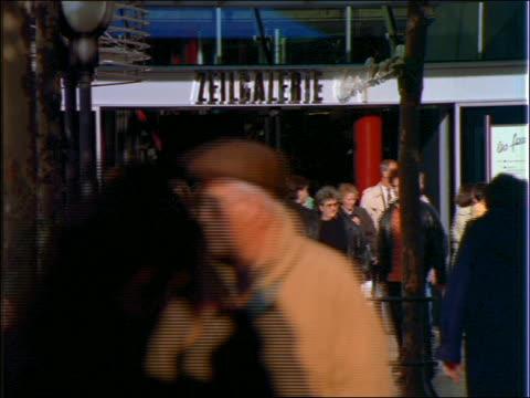 Crowded sidewalk in front of Zeilgalerie Mall / Frankfurt